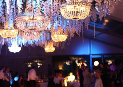 telgipulm, pulmapäev, lühtrid, luksuslik pulm, pulmad eestis, pulmakorraldus, pulmakorraldaja, dekoreerimine, dekoraator, dekoratsioonid, tantsupõranda lagi, orhideed, abielu, abielluine, peokohad